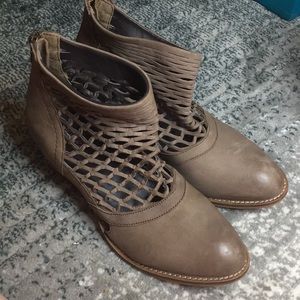 Rebels Size 8.5 Leather Heeled Netted Booties